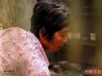 在滕州,有一位母亲,照顾着身高不足六十厘米、像婴儿一样的四十一岁残疾女儿…
