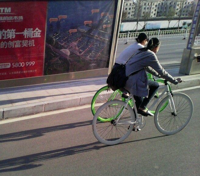 瞬间抓拍俩少女骑死飞自行车的背影图片
